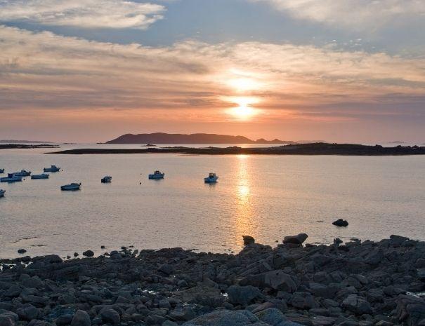 Sortie en voilier au coucher de soleil sur la Côte de Granit Rose
