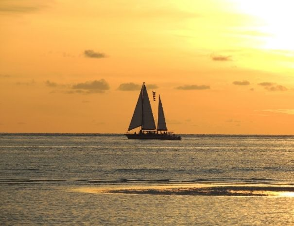 Coucher de soleil sur un voilier sur la Côte de Granit Rose