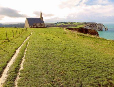 Randonnée sur les falaises d'Etretat en Normandie et visite de la chapelle de Notre Dame de la Garde
